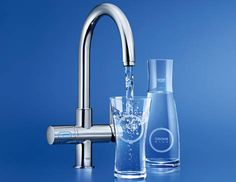 GROHE Blue® Chilled & Sparkling combines the modern look of a designer faucet with a high-performance filter, cooler and carbonator – and is as easy to use as an ordinary kitchen faucet. The right lever on the faucet is used to mix hot and cold tap water as usual. A single turn of the left handle gives you fresh, cooled and two settings for sparkling water.