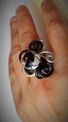 Bague fantaisie en aluminium noire et argent avec perle : Bague par le-fouillis-de-kanou