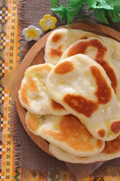 Yummy this dish is very delicous. Let's make Delicious Naan Bread in your home! Low Carb Recipes, Cooking Recipes, Recipes With Naan Bread, Biscuits, Cooking Bread, Good Food, Yummy Food, Bread And Pastries, Cafe Food