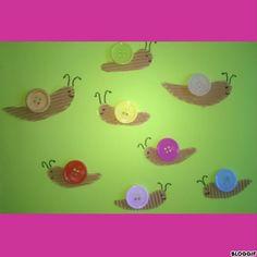 J'ai trouvé cette idée sympa sur le net : j'ai découpé dans du carton ondulé le corps des escargots, Margaux les a collés ainsi que les boutons!