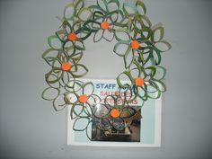 Corona de Navidad con tubos de cartón reciclado. reciclaje
