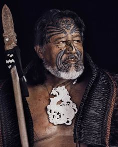 The Maori are the indigenous people of New Zealand and their story is both long and intriguing. On the basis of oral records, archaeological finds and genetic analyses, we can place the arrival of Maori in New Zealand in the thirteenth century AD. Maori People, Tribal People, Maori Designs, Anthropologie, We Are The World, People Around The World, Ta Moko Tattoo, Maori Tribe, Jimmy Nelson