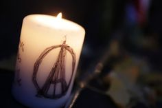 Una vela con el símbolo de la paz y la Torre Eiffel integrados, depositada el 14 de noviembre de 2015 en la Plaza de la República de París Imágenes de unidad y Paz #masideas @diariojudio @judiosenmexico Comunidad Judía #París #Francia #NoalTerrorismo #estadoislamico #isis #photooftheday #fotodeldia