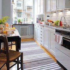 modern interiors with striped decor in white and blue, decorative patterns Cute Kitchen, Kitchen Dining, Kitchen Decor, Kitchen Cabinets, Small Kitchen Layouts, Cottage Kitchens, My Home Design, Kitchenette, Home And Deco