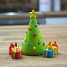 Fondant Christmas Cake, Christmas Tree Cake, Christmas Cake Topper, Christmas Cake Decorations, Polymer Clay Christmas, Christmas Cupcakes, Christmas Sweets, Christmas Makes, Christmas Crafts