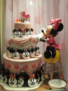 Minnie Mouse Bakes A Halloween Cake. Amazing!