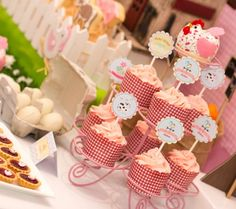 A Gorgeous Pastel Barnyard Party: Cupcakes in gingham display