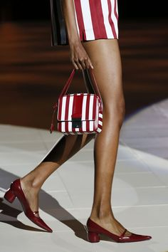 Marc Jacobs Spring 2013 love red and white and i love stripes Marc Jacobs, Cool Girl Style, My Style, Glamorous Chic Life, Plaid Fashion, Women's Fashion, Fashion Design, Summer Bags, Spring Summer