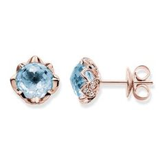 THOMAS SABO-ring från kollektionen Fine Jewellery. I den utomordentligt eleganta infattningen på denna tvåfärgade ring av 925 sterlingsilver och 18k roséguld placeras den välvda, linsslipade himmelsblå topasen som i en blommande lotusblomma, på vars blomblad vita diamanter bländar. [Artikeltabelle]Kategori:Ring Material:925 sterlingsilver, 18k roséguld Stenar:vit diamant (0,16 ct), himmelsblå topas Mått:storlek ca 0,9 cm (0,35 tum) Artikelnummer:J_TR0003-763-31[/Artikeltabelle]