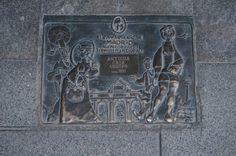 La placa que acredita que Antigua Casa Crespo es un comercio centenario de Madrid.