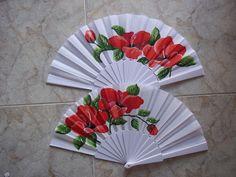 con flores rojas Painted Fan, Chinese Fans, Concept Weapons, Princess Drawings, Paper Fans, Asian Art, Hand Fans, Shapes, Diys