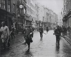 Armed anti-Treaty members of the Irish Republican Army (IRA) in Grafton Street, Dublin during the Irish Civil War. (Photo by Walshe/Getty Images). Photo b/w, history, city view. Ireland Pictures, Old Pictures, Old Photos, Ireland 1916, Irish Republican Army, Grafton Street, Rare Historical Photos, Before Us, British History