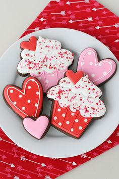 These sweet Cupcake Decorated Cookies are perfect for Valentine's Day! Sprin… These sweet cupcake decorated biscuits are perfect for Valentine's Day! Sprinkles, hearts and speckles … what could be nicer? Chocolate Sugar Cookie Recipe, Valentine's Day Sugar Cookies, Sugar Cookie Royal Icing, Cookie Icing, Iced Cookies, Cute Cookies, Cupcake Cookies, Cookies Et Biscuits, Baby Cookies