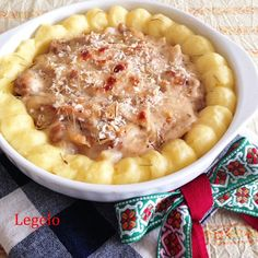 クリーム ハーブ チキン ポテト オーブン焼き レシピ。タイム香るチキンのクリーム煮&マッシュポテトにローズマリーを散らしてオーブンで焼きました。おうちパーティ料理の一品にもおすすめです。