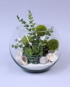 diy Wedding Crafts: Terranium Centerpiece - http://www.diyweddingsmag.com/diy-wedding-crafts-terranium-centerpiece/