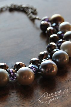 Collana realizzata a mano. Perle grigie e viola. Handmade necklace, gray and violet pearls.