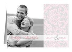 Verschick liebe Grüße zum Valentinstag mit dieser romantischen Karte. Die rosa Ornamente auf grauem Hintergrund machen die Karte besonders. Zwei Fotos und ein schöner Spruch können ergänzt werden. #FamBooks