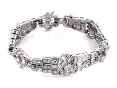 Länge: ca. 19,5 cm. Gewicht: ca. 46,8 g. Platin. Um 1940. Hochwertiges, elegantes Armband mit Brillanten und Diamanten im Baguette- und Altschliff, zus. ca....