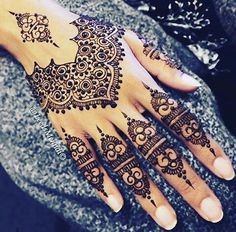 Legs are a very beautiful canvas for showcasing Mehndi. It is a tradition for the Indian bride to apply mehndi both on the hands and the legs. Henna Tattoo Designs, Henna Tattoos, Henna Ink, Et Tattoo, Glitter Tattoos, Henna Body Art, Tattoo Und Piercing, Henna Mehndi, Mehendi