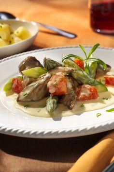 Lammfilet und Spargel sind eine tolle Kombination. Besonders gut mit der würzigen Sauce.