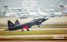 參加第十屆中國航展的殲-31戰機在珠海航展中心上空飛翔。(新華社)