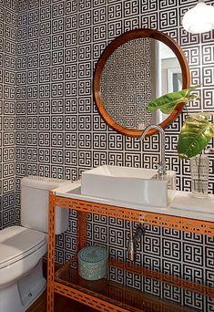 O lavabo tem bancada de Silestone apoiada em estante metálica de escritório. Na parede, papel geométrico, comprado pela moradora em Buenos Aires. Projeto do arquiteto Maurício Arruda