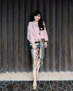 Inspired by @praharanimei . . Mari Berbagi Inspirasi gaun dan kebaya cantikmu, Follow n Tag di @koleksikebayamodern . #kebaya #inspirasikebaya #kebayaindonesia #kebayamodern #kebayawisuda #kebayadress #kebayagaun #kebayamuslim #kebayainspiration #batik #kebayabatik #batikdress #koleksikebayamodern #batikmodern #bridesmaid #kebayawedding #gown #weddinggown #tutorialmakeup #tutorialhijab #inspirasibatik #inspirasigaun #inspirasigaunkebayabatik #designkebayabatik #bridalshower #instawedding…