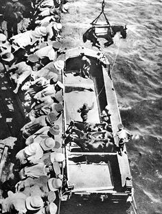 World War I 1914 1918 Gallipoli Unloading of horses and soldiers from a British ship during the Dardanelles campaign World War One, First World, Gallipoli Campaign, Ww1 Soldiers, Anzac Day, History Facts, World History, Warfare, Military