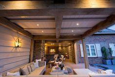 Sfeervolle veranda met buitenhaard voorzien van Blumone Steenstrips en achterwand.