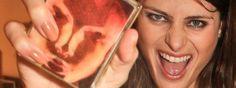 Vocês já leram bastante aqui sobre os perfumes Escentric Molecules, né? Hoje iremos apresentar mais um, parte de uma linha muito especial chamada The Beautiful Mind,tão único quanto o Molecule 01 que vocês tanto nos ouvem falar. O nome dele é 'Intelligence&Fantasy', mas a gente o chama 'Beautiful Mind' mesmo. A história é interessantíssima: Geza …