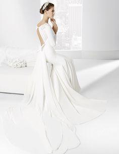 Trajes de novia con espalda de gasa drapeada y abertura central.