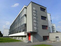 Bauhaus gebouw van Walter Gropius in Dessau Duitsland Walter Gropius, Deco France, Bauhaus Building, Bauhaus Style, True Homes, White Building, Stay Overnight, Modern Aesthetics, Dezeen