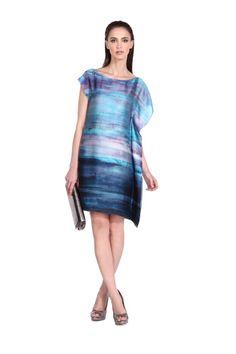 Vestido de satín estampado con motivos de mar difuminados con cenefa, escote tipo ojal. Silueta recta. Mangas asimétricas. $1,299.00