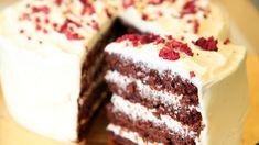 Lise Finckenhagens sjokoladekake med rødbeter deles i flere lag med ostekrem mellom og dekkes med ostekrem til slutt.