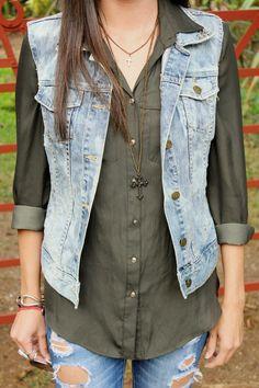 detalle de la blusa, el collar y el chaleco de mezclilla