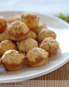 Bocaditos de queso - 1 huevo 100 g de queso rallado de sabor fuerte • 125 ml de aceite de oliva virgen extra • 175 ml de leche • 1 y 1/2 tazas de harina • 3 ct (rasas) de levadura – polvos de hornear • 1/2 ct de sal • 1 ct de azúcar • 1 ct colmada de mostaza a la antigua de Dijon • 1 cs de perejil picado • 3 lonchas de bacon o jamón cocido • 1 ct de orégano • 1 ct de mantequilla • 1 cs de harina (para el molde) No Salt Recipes, Baking Recipes, Great Recipes, Favorite Recipes, Savory Snacks, Easy Snacks, Easy Meals, Kitchen Recipes, Cooking Time