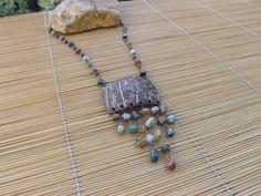 colar envelhecido,feito com cascalhos de pedra e um quadrado de coco.