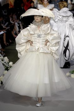 Celebrities who wear, use, or own Christian Dior Fall 2007 Couture White Ensemble. Also discover the movies, TV shows, and events associated with Christian Dior Fall 2007 Couture White Ensemble. Dior Fashion, Fashion Moda, Runway Fashion, Fashion Show, Fashion Design, Christian Dior Couture, Haute Couture Dresses, Haute Couture Fashion, Galliano Dior