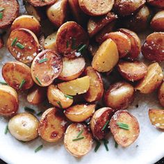 Crispy Salt-and-Vinegar Potatoes. Cooking the potatoes in vinegar seasons them from within, and a final drizzle boosts the flavor. via bon appétit Salt And Vinegar Potatoes, Potato Dishes, Potato Recipes, Fun Cooking, Cooking Recipes, Cooking Tips, Vegetarian Recipes, Gastronomia, Veggies