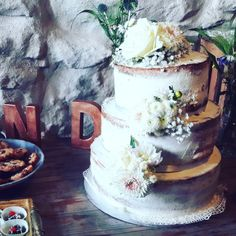 Naked Cake mit Blüten aus dem Brautstrauß