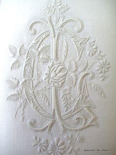 Monogramme ancien brodé sur une serviette en damassé de fil de lin pour collection ou couture - Linge ancien - Passion-de-Blanc