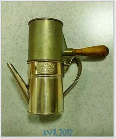 Caffettiere e macchine da caffè: Lucidare una caffettiera in alpacca Coffee Brewer, Coffee Maker, Italian Espresso, Espresso Maker, Moka, Vintage Coffee, Coffee Machine, Watering Can, Brewing
