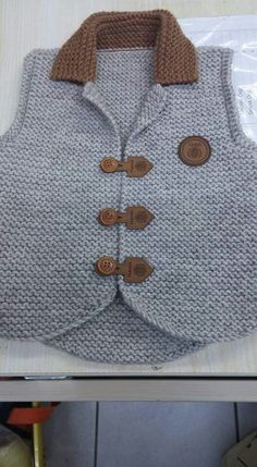 Crochet baby boy vest Ideas for 2019 Baby Knitting Patterns, Baby Boy Knitting, Knitting For Kids, Knitting Designs, Crochet Patterns, Baby Boy Vest, Baby Pants, Baby Boys, Cardigan Bebe
