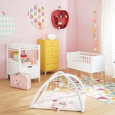 Inspiration idée déco chambre fille etagere en forme de pomme rouge décoration nurserie chambre de bébé fille rose chiffonier jaune moutarde berceau style scandinave chambre bébé colorée