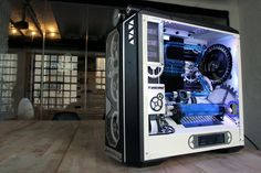 I'm literally done searching! Black and White build with blue accents built around a steampunk gears and cogs theme! What the actual fuck! Literally everything I could see for in PC, I want this so bad! Gaming Pc Build, Computer Build, Computer Case, Pc Setup, Room Setup, Diy Pc, Power Colors, Kinetic Energy, Custom Pc