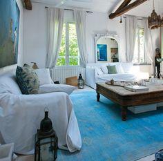 Salon bleu et blanc / White and blue living-room : http://www.maison-deco.com/salon/deco-salon/Des-salons-pour-tous-les-styles