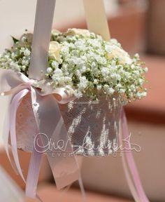 Borsette floreali per le romantiche damigelle che precedono l'ingresso della sposa in chiesa.