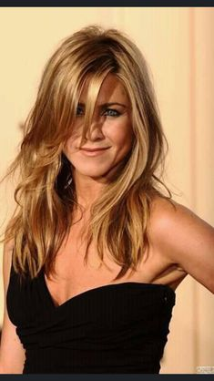 Jennifer Aniston unleashing her sexy appeal in a hot closeup wearing a little black dress ~ great hair Jennifer Aniston Haar, Jeniffer Aniston, Jennifer Aniston Pictures, My Hairstyle, Hairstyles With Bangs, Pretty Hairstyles, Corte Y Color, Layered Haircuts, Hair Today