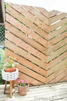 How to create a simple Chevron Outdoor Privacy Wall – pergola Diy Pergola, Small Pergola, Pergola Shade, Diy Patio, Small Patio, Pergola Kits, Pergola Ideas, Patio Ideas, Modern Pergola