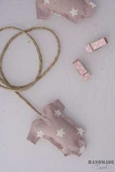 #Guirnalda con silueta body en color rosa con estrellas